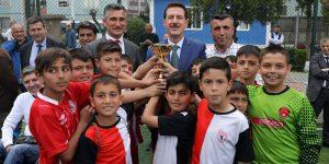 Minik sporcular kupalarını Başkan Tok'un elinden aldı