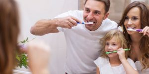 Tatilde de dişler düzenli şekilde fırçalanmalı